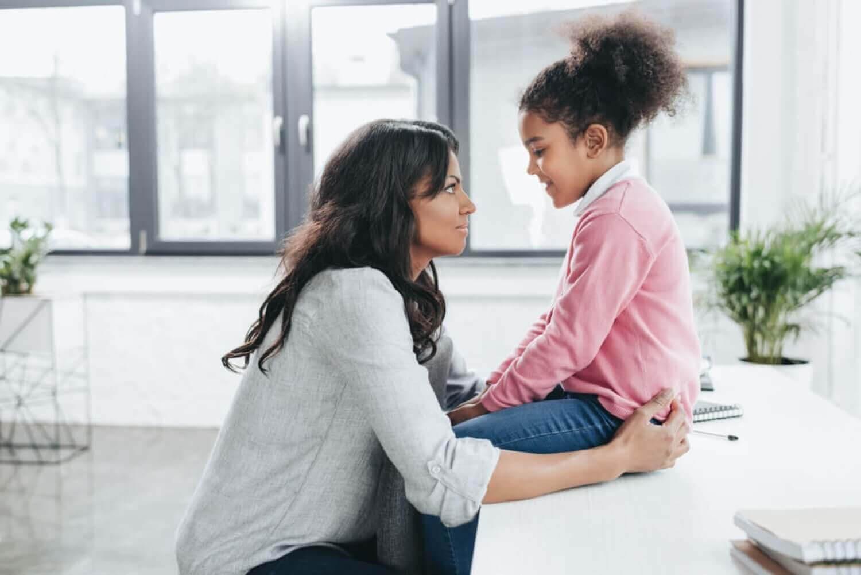 alternativ till förbud: mamma pratar med barn