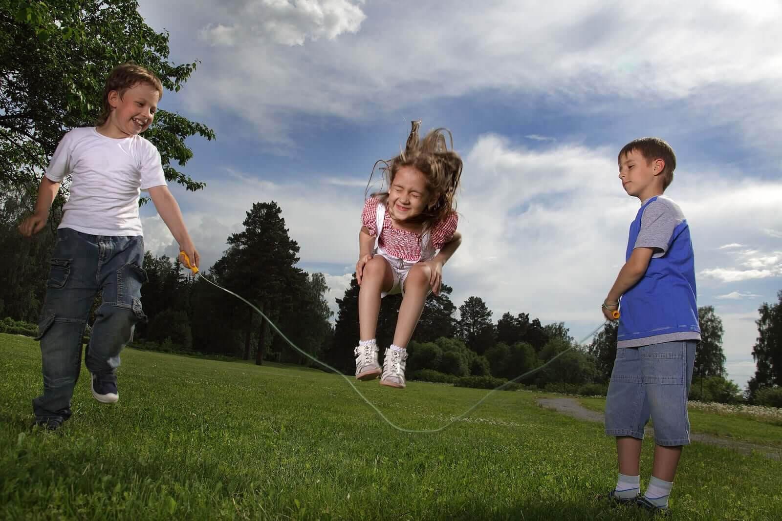 röra sig fritt: barn hoppar hopprep