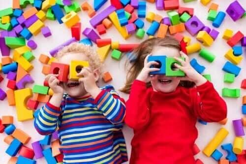 heuristiskt lek: barn leker med klossar