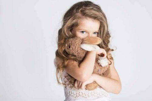 skadlig skam: flicka med kramdjur