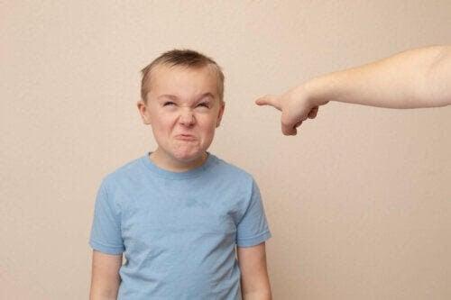 barn som förolämpar andra