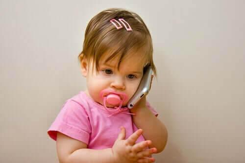 baby med telefon och napp