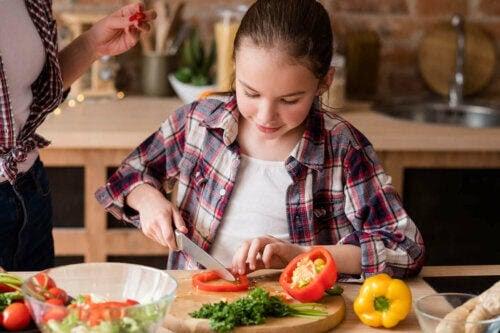 tonåring är vegan och skär grönsaker