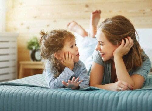 tänka självständigt: mamma pratar med barn