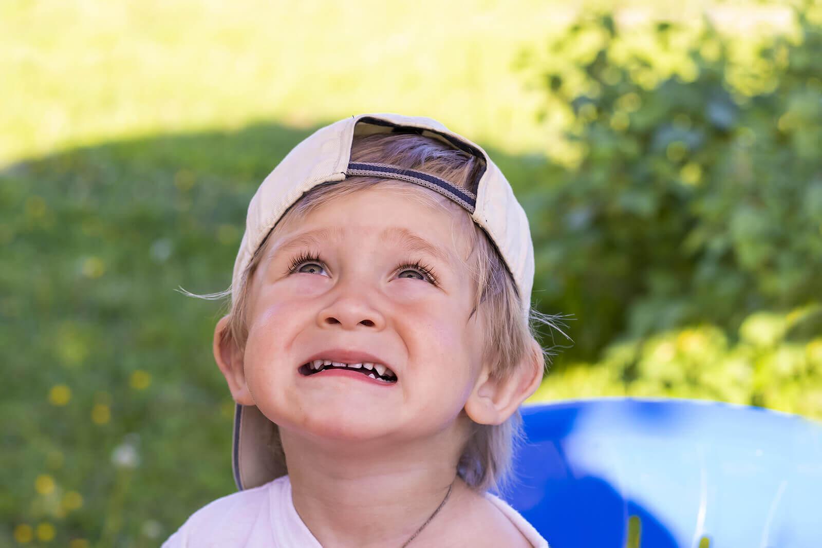 barn som är rädda för smällare: rädd pojke