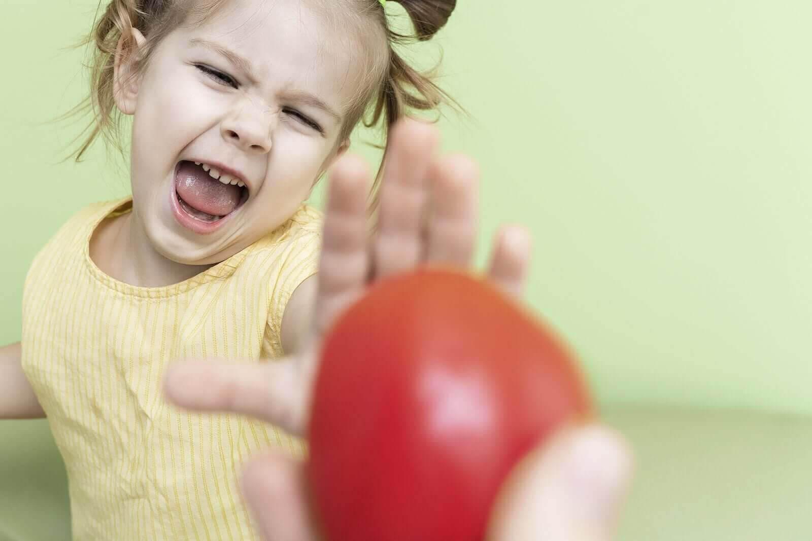 kvävas när han äter: barn säger nej till äpple
