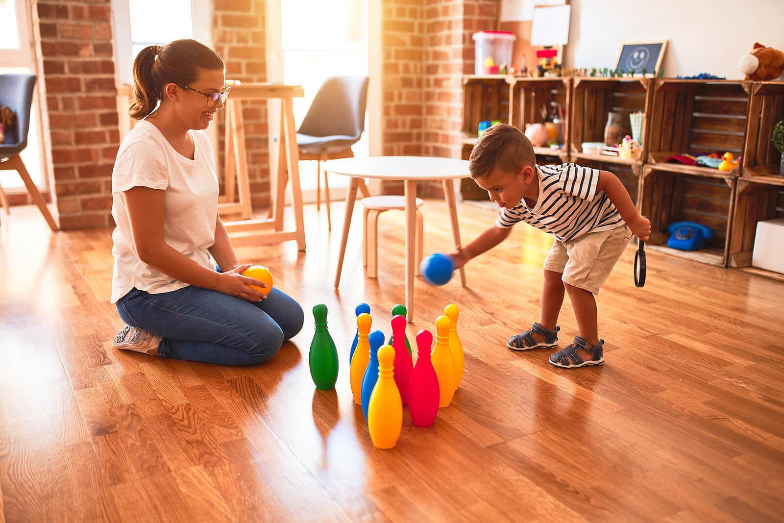utveckla motoriska färdigheter: barn med bowlingkäglor i plast