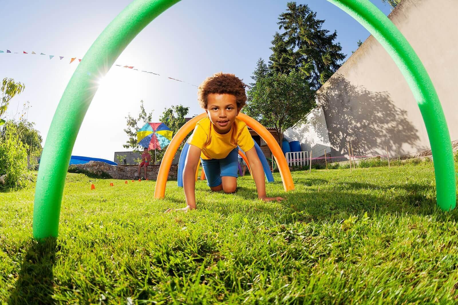 utveckla motoriska färdigheter: barn kryper under bågar