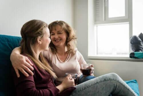 knyta an till en tonåring: mamma och tonårsdotter på soffa