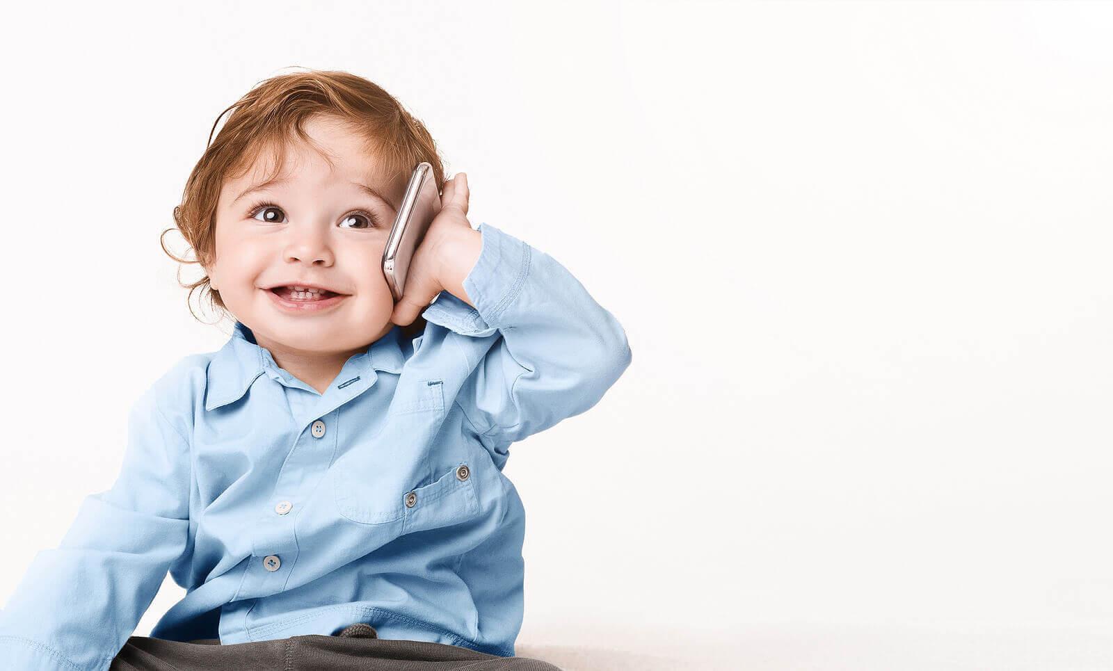 barns första ord: baby med telefon