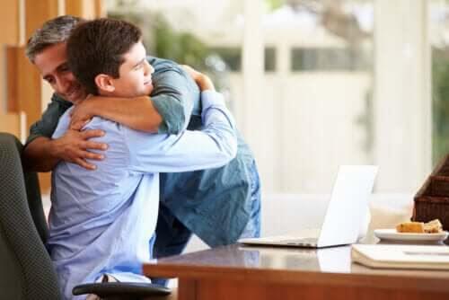 knyta an till en tonåring: pappa kramar tonåring