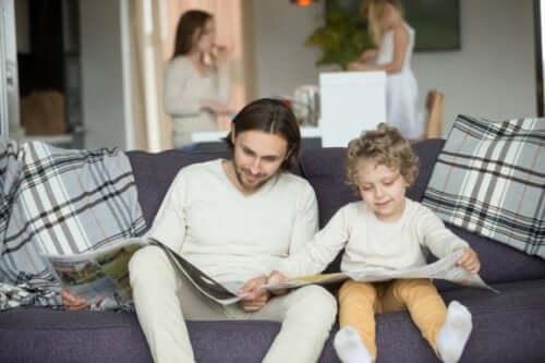 Familj läser tidningar