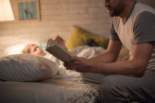 Pappa läser godnattsaga för sitt barn