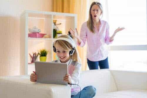 Hur man hanterar sin tonårings YouTube-beroende