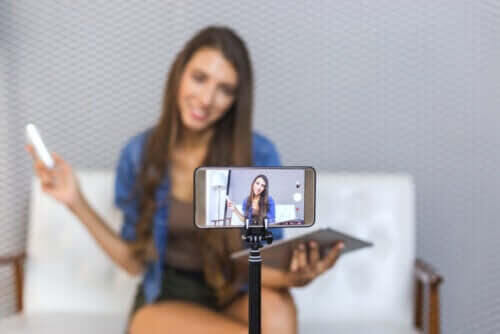 tonårings YouTube-beroende: tonåring med kamera