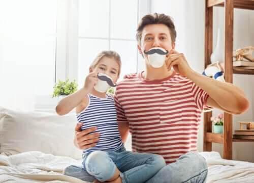 Fars dag: pappa och dotter leker