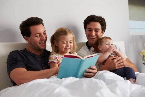 främja läsning hos barn: pappor läser högt för sina barn