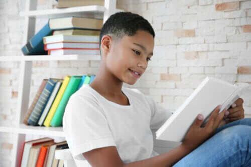 främja läsning hos barn: pojke läser