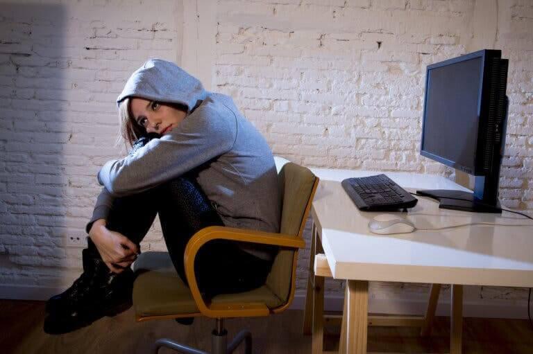 farliga trender: tonåring sitter ihopkrupen