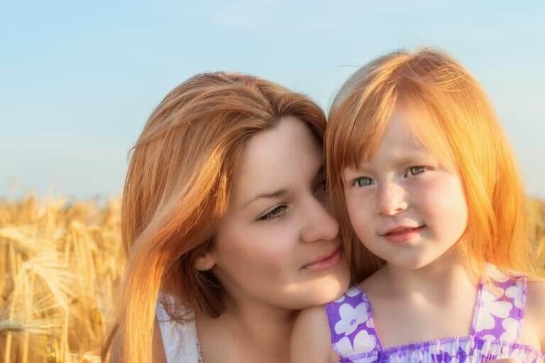 disciplinstrategier för högkänsliga barn: mamma och dotter på fält