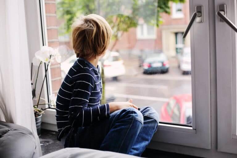 interventionsprogram för barn med autism: pojke tittar ut genom fönster