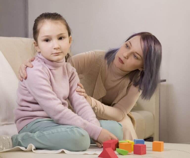 interventionsprogram för barn med autism: kvinna talar med barn