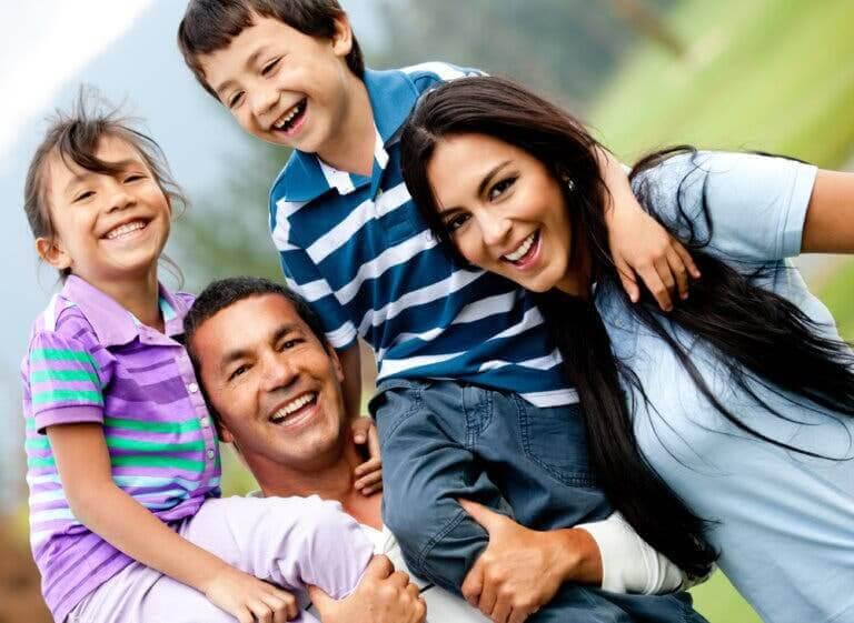 krav från familjen: glad familj
