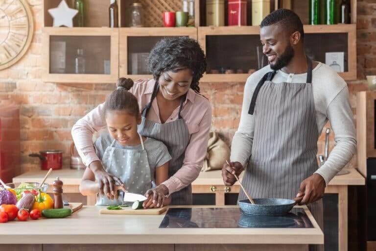 krav från familjen: familj som lagar mat tillsammans