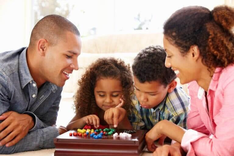förhindra beroende av videospel: familj spelar brädspel