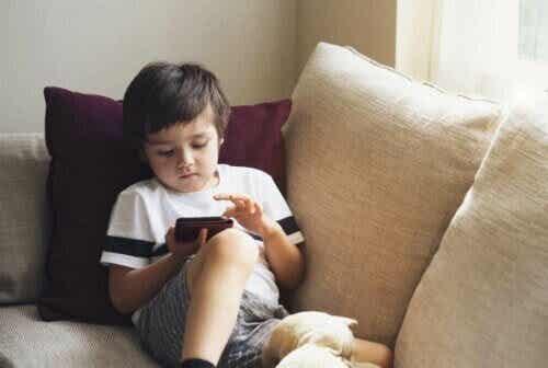 Hur du ser till att din telefon är barnsäker