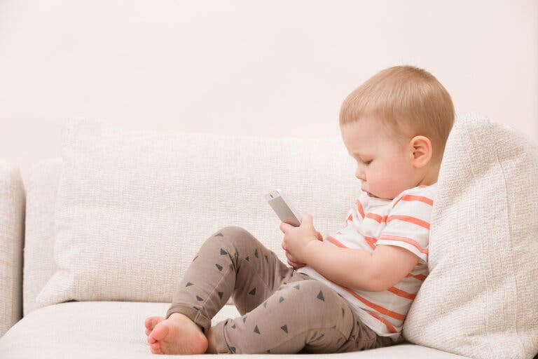 din telefon är barnsäker: baby med mobil