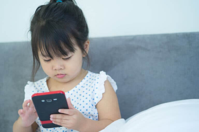 din telefon är barnsäker: flicka med mobil