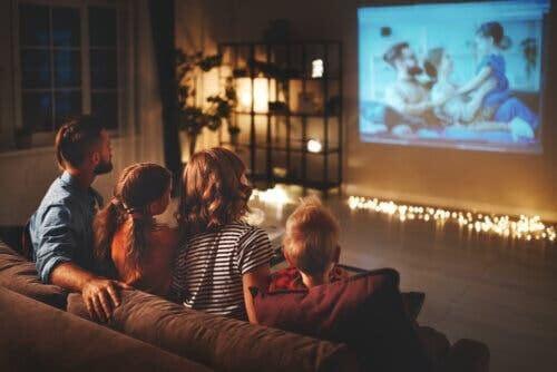 underhålla dina barn hemma: familj tittar på hemmabio