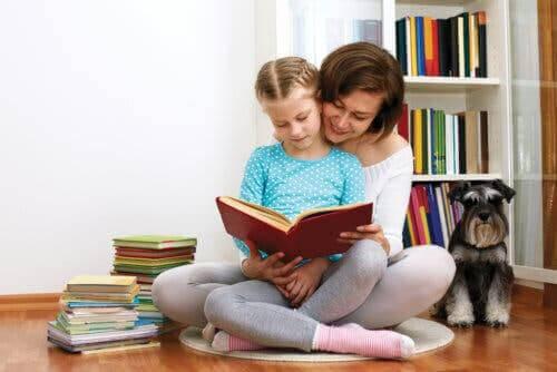 underhålla dina barn hemma: mamma och barn läser