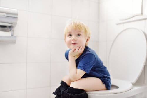 tömning av urinblåsan under sömnen: pojke på toaletten