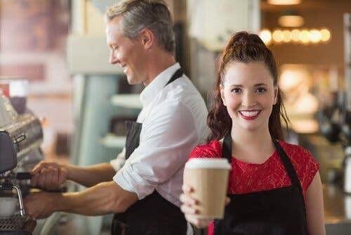 innebär att vara privilegierad: tonåring serverar kaffe