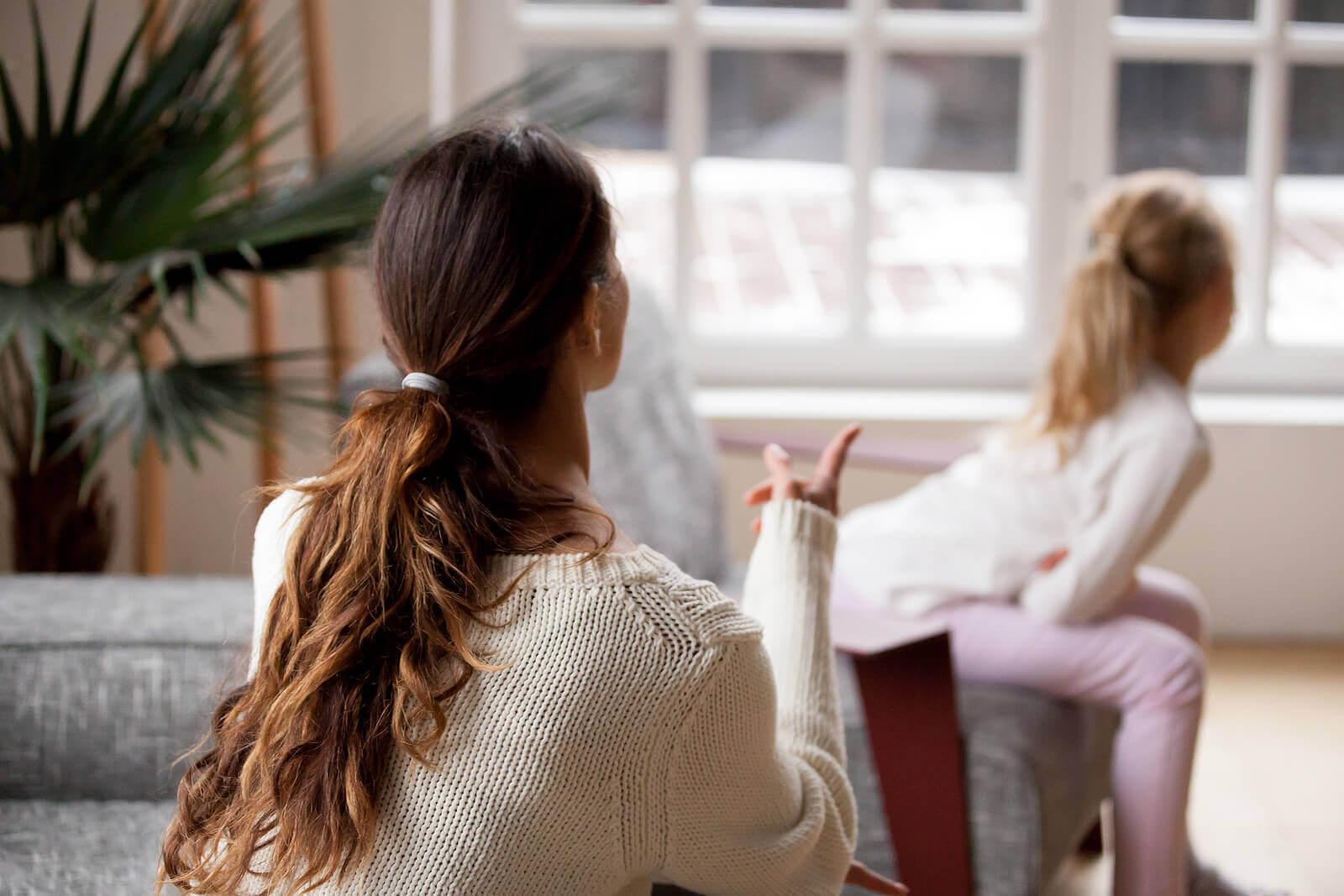 Disciplinära problem hos barn: mamma pratar med flicka som vänder sig bort