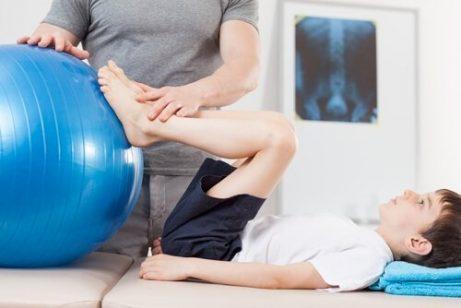 Ett barn med Perthes sjukdom i fysioterapi.