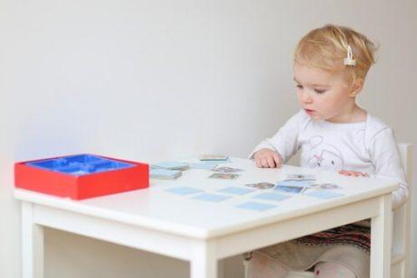 Bra visuellt minne: ett barn som spelar memory.