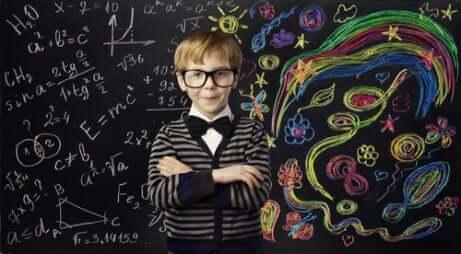 Ett barn med bra visuellt minne är kreativ på svarta tavlan.