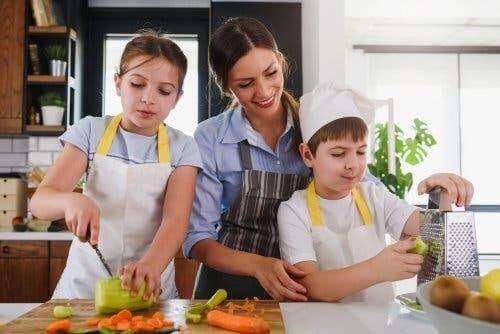 laga mat med dina barn: familj lagar mat