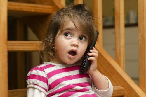 evolutionär lingvistik: flicka leker med telefon