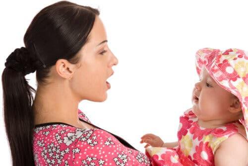 evolutionär lingvistik: mamma pratar med baby