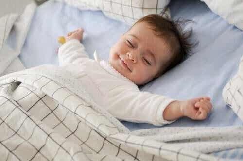 Förstå och övervinn ditt barns sömnregression