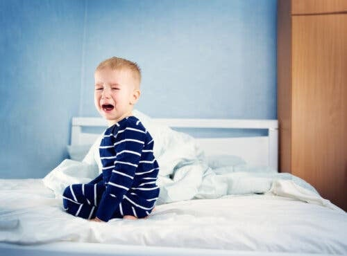 sömnregression: småbarn skriker på säng