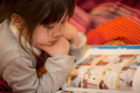 Ett barn som läser serier.