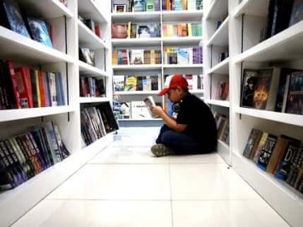 Ett barn som läser serier i en butik.