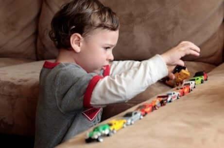 Ett barn med desintegrativ störning hos barn leker i soffan.