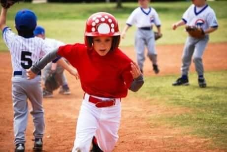 Hobbys för barn: Ett barn spelar baseball.
