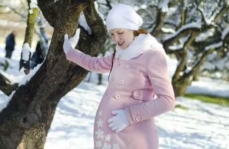En gravid kvinna i vinterkläder.
